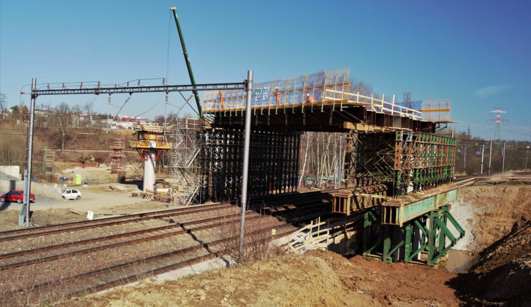 Most přes Sázavu - výstavba skruže přes ČD