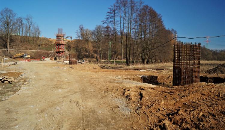 SO 201 výstavba pilířů mostního objektu