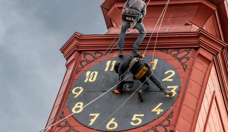 Sejmutí ciferníku na radničních hodinách v Jihlavě